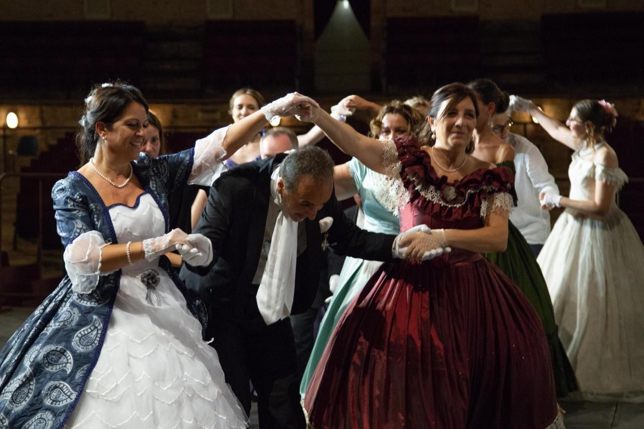 ballo ottocentesco traviata degli specchi sferisterio macerata opera 2018 foto ap (26)