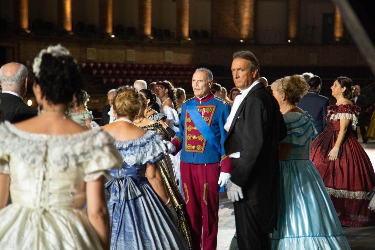 ballo ottocentesco traviata degli specchi sferisterio macerata opera 2018 foto ap (8)
