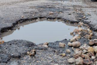 buche-strada-dissestata-asfalto-arkiv-FDM-1-325x217