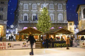 Natale2018_PistaPattinaggio_FF-1-325x217