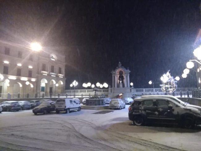 treia-Piazza-della-Rep-questa-notte-di-Vittorio-Farabollini