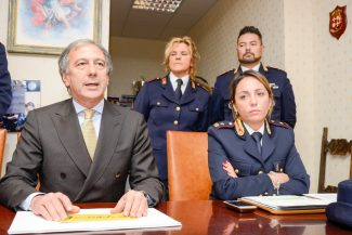 Polizia_SequestroNegozioCannabis_Civitanova_FF-2-325x217