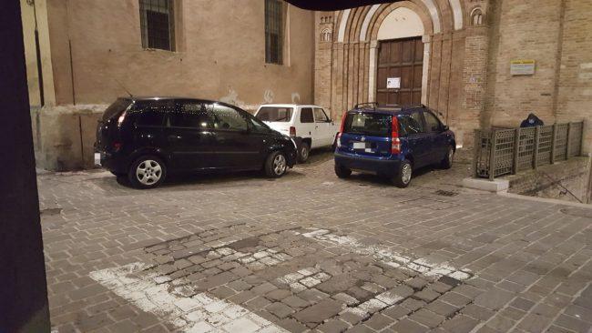 santa-maria-della-porta-parcheggi-abusivi2_censored-650x366