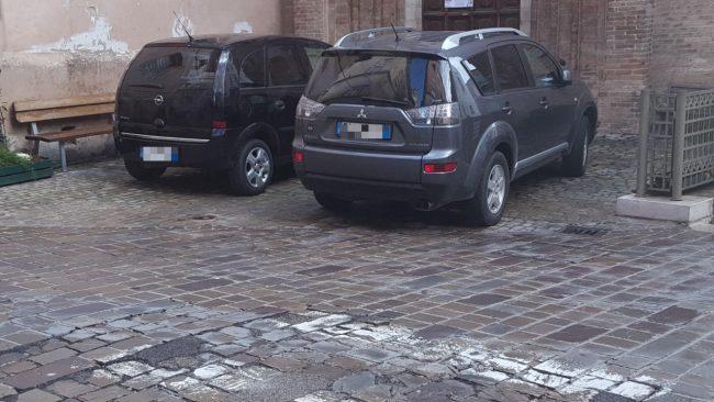 santa-maria-della-porta-parcheggi-abusivi3_censored-650x366