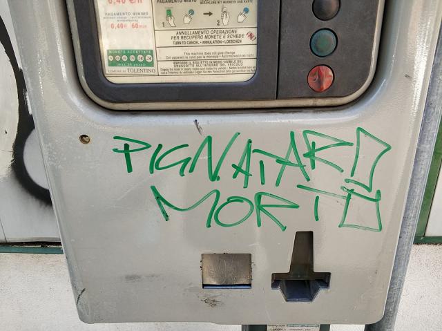 Scritte-parcheggio-Tolentino-pignataro