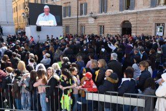 papa-francesco-piazza-santa-casa-basilica-loreto-FDM-20-325x217