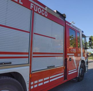 incidente-auto-camion-incrocio-sp485-maceratese-via-gobetti-civitanova-FDM-1-e1555661532549-325x320