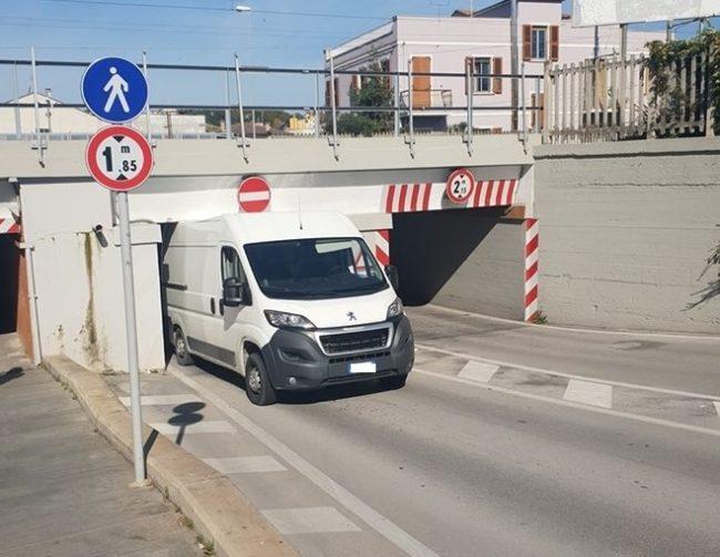 furgone-incastrato-sottopasso-castellaro