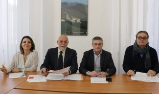 Il-gruppo-consiliare-M5S-Marche-da-sinistra-Romina-Pergolesi-Gianni-Maggi-Piergiorgio-Fabbri-Peppe-Giorgini-325x193