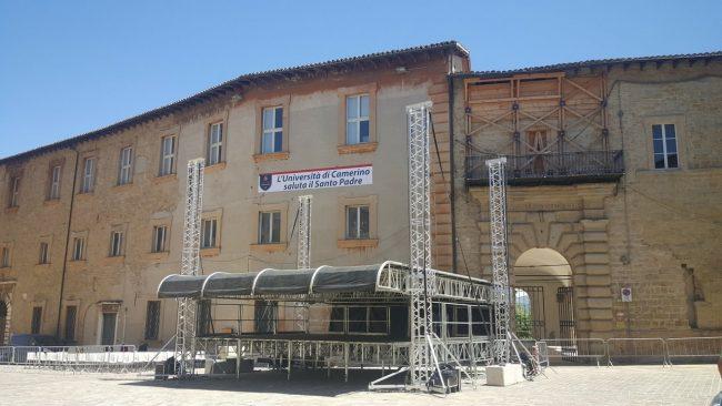 VISITA-PAPA-CAMERINO-il-palco-in-piazza-Cavour