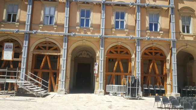 VISITA-PAPA-CAMERINO-loggiato-palazzo-Arcivescovile