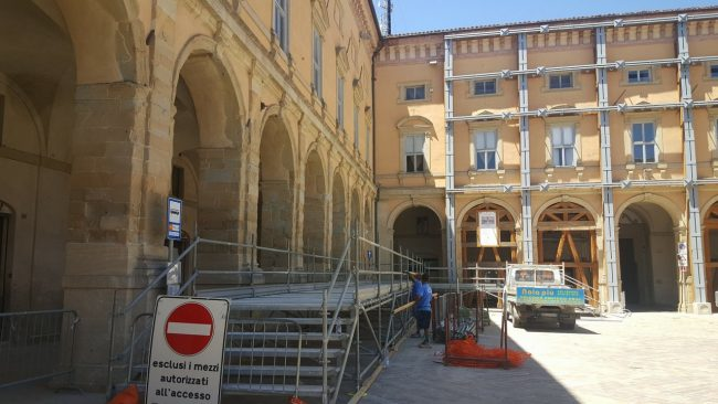 VISITA-PAPA-CAMERINO-pedana-giornalisti-piazza-Cavour