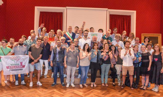 bravi-nuovo-sindaco-festeggiamenti-in-comune-recanati-FDM-3-650x387