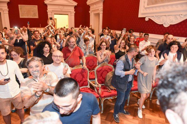 elezione-nuovo-sindaco-bravi-festeggiamenti-in-comune-recanati-FDM-3-650x434