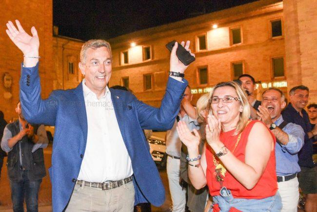 elezione-nuovo-sindaco-bravi-festeggiamenti-in-piazza-recanati-FDM-3-650x434