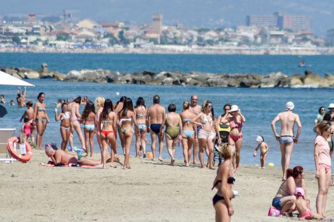 mare-spiaggia-affollata-bagnanti-lungomare-nord-civitanova-FDM-2-650x433