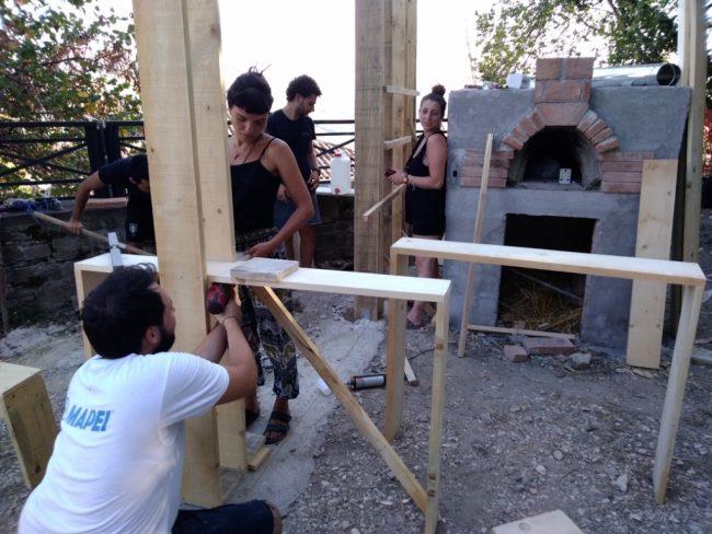 i-ragazzi-costruiscono-il-forno