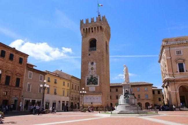 Recanati-piazza-Leopardi-torre-civica_Foto-LB-2-650x433