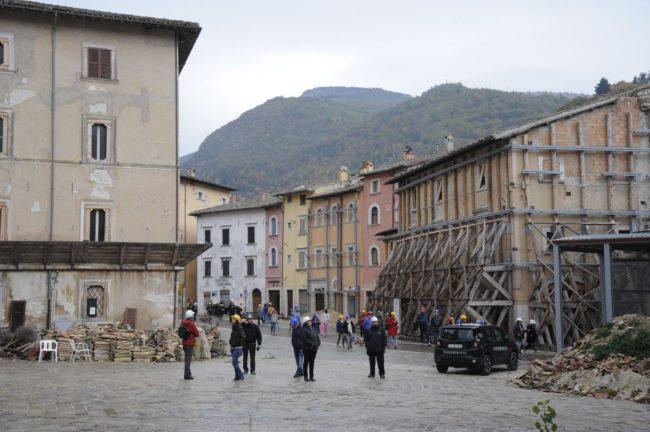 terremoto_manifestazione_piazza_a_visso-FF-15-650x432