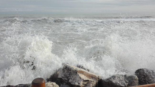 porto-recanati-mareggiata-10-650x365