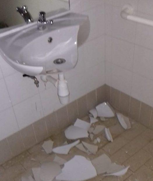atti-vandalici-bagno-sarnano-e1577560065972