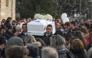 funerale-mattia-perini-chiesa-annunziata-montecosaro-FDM-3-325x205