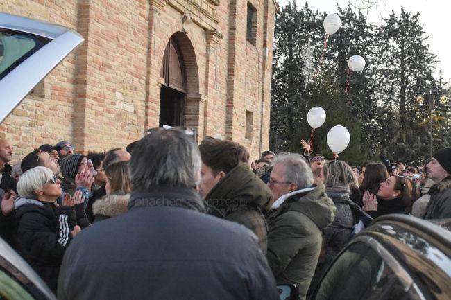 funerale-mattia-perini-chiesa-annunziata-montecosaro-FDM-5-650x433