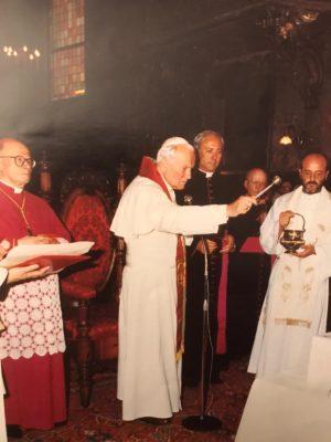 papa-Woytila-monsignor_tarcisio_carboni_redemptoris-mater-2-300x400