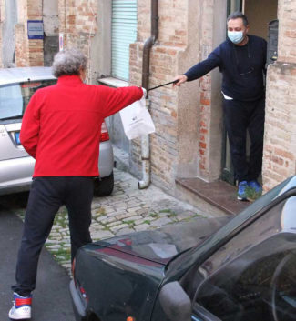 Assessore-Mirco-Scorcelli-consegna-mascherine-recanati