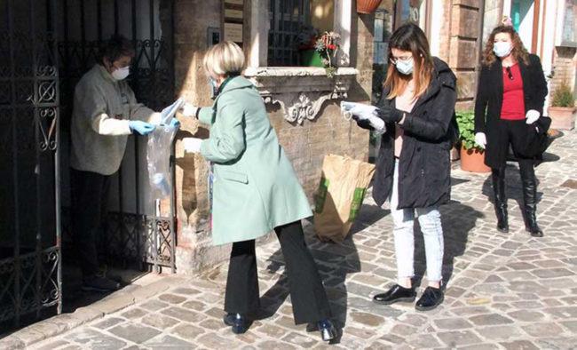 Assessore-Rita-Soccio-e-Olimpia-Leopardi-consegna-mascherine-recanati