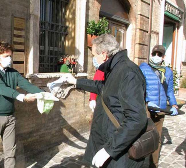 Il-Sindaco-Antonio-Bravi-distribuisce-le-mascherine-nelle-case-consegna-mascherine-recanati-e1586373990410-650x588