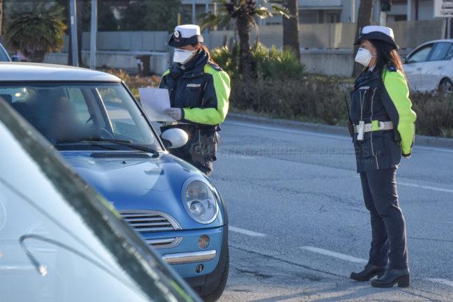 controlli-autocertificazione-polizia-locale-vigili-urbani-civitanova-FDM-3-650x433