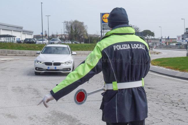controlli-stradali-polizia-locale-vigili-urbani-via-pellico-civitanova-FDM-5-650x433