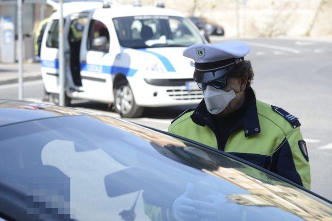 coronavirus-polizia-locale-macerata-controllo-corso-cairoli-6-650x433