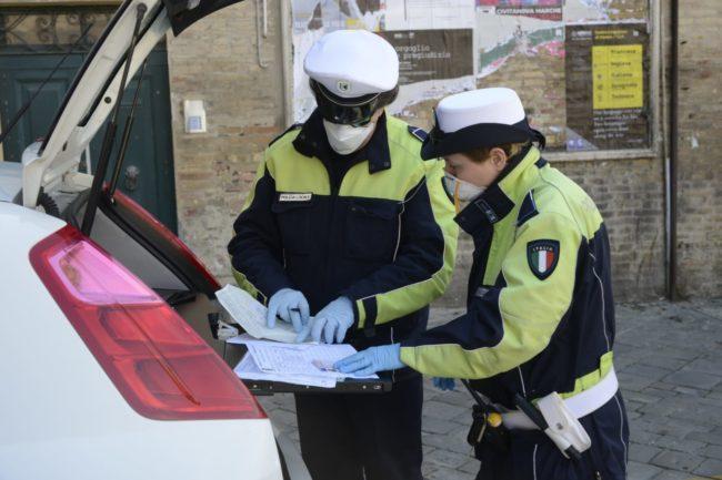 coronavirus-polizia-locale-macerata-controllo-corso-cairoli-8-650x433