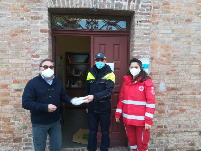 donazione-mascherine-cri-camerino-3-650x488