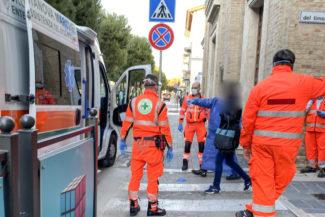 intervento-ambulanza-croce-verde-118-vialetto-sud-civitanova-FDM-1-325x217