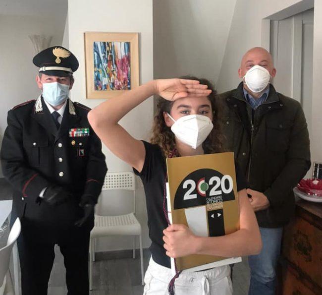 Il-sindaco-Sandro-Sborgia-insieme-al-sottotenente-Rinaldi-dei-Carabinieri-di-Camerino-ha-fatto-visita-a-Maria-Gabriella-insignita-del-titolo-di-Alfiere-della-Repubblica-1-e1587830365126-650x595