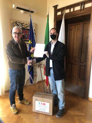Sindaco-Carancini-e-Dario-Marolini_consegna-lettera-ringraziamenrto-1-300x400