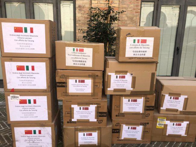 Sindaco-Carancini-e-Dario-Marolini_consegna-lettera-ringraziamenrto-2-650x488