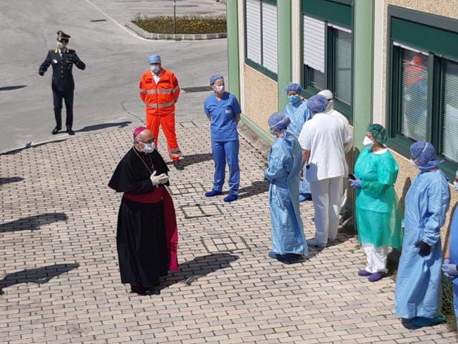 omaggio-pasqua-ospedale-Camerino-8-650x488