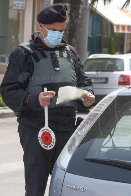 pasquetta-covid-coronavirus-controlli-carabinieri-corso-umberto-i-civitanova-FDM-3-433x650