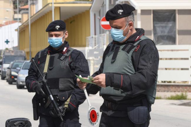pasquetta-covid-coronavirus-controlli-carabinieri-corso-umberto-i-civitanova-FDM-6-650x433
