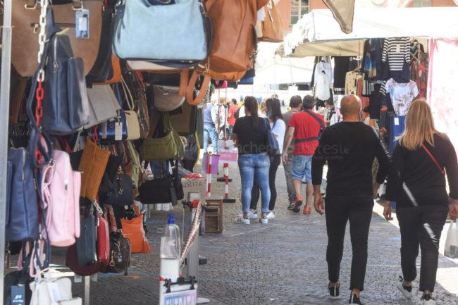 bancarelle-mercato-covid-piazza-xx-settembre-civitanova-FDM-6-650x433