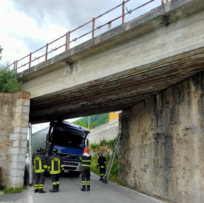 camion-incastrato-san-sever-1-650x646