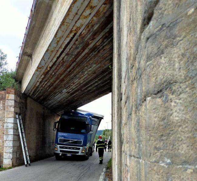 camion-incastrato-san-sever-2-650x596