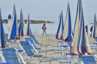 gente-in-spiaggia-lungomare-nord-ombrelloni-civitanova-FDM-1-325x217