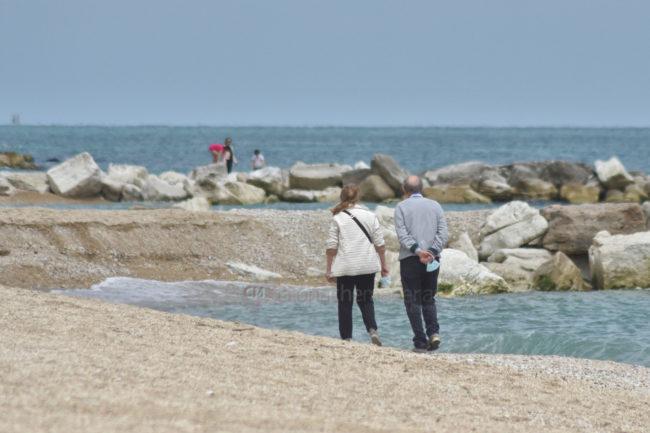 gente-in-spiaggia-lungomare-porto-recanati-FDM-1-650x433