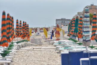 gente-in-spiaggia-lungomare-porto-recanati-FDM-2-325x217