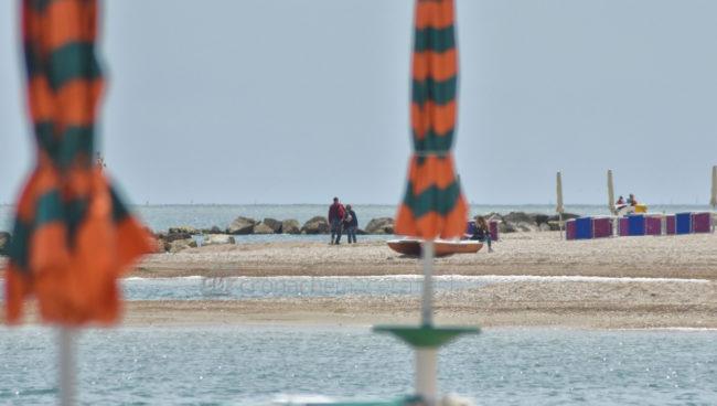 gente-in-spiaggia-lungomare-porto-recanati-FDM-3-650x368
